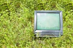 Gammalt rör för stråle för televisionCRT-katod som överges i naturen - begreppsbild med kopieringsutrymme royaltyfri fotografi