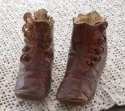 Gammalt rött läder behandla som ett barn kängan Royaltyfria Bilder