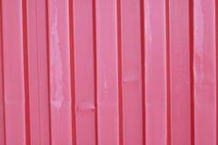 Gammalt, rött, skrynkligt karmosinrött staket för vägg för metallark Royaltyfri Fotografi