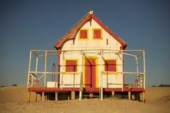 Gammalt rött strandhus Royaltyfri Bild
