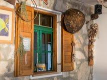 Gammalt restaurangfönster i Kornati öKroatien Arkivbilder