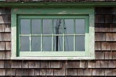 Gammalt ridit ut fönster med en reflexion royaltyfri foto