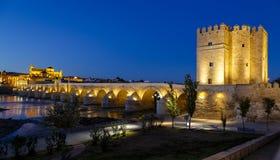 Gammalt roman bro och torn Calahora på natten, Cordoba Royaltyfri Bild