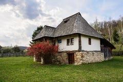 Gammalt romanian bondaktigt hus, bymuseum, Valcea, Rumänien Royaltyfria Bilder