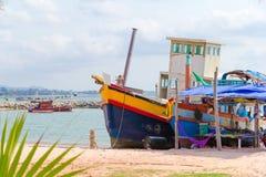 Gammalt rostat fartyg på stranden av Pattaya arkivfoto