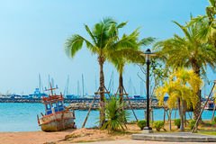 Gammalt rostat fartyg på stranden av Pattaya Royaltyfria Bilder