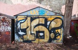 Gammalt rostat garage med grungy grafitti 16 Arkivbilder