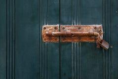 Gammalt rostat lås på en trädörr eller slutare arkivbilder