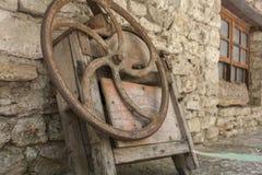 Gammalt rostat metallhjul Royaltyfri Bild