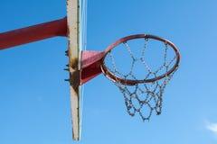 Gammalt rostigt basketbräde Arkivfoto