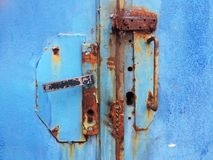 Gammalt rostigt blått dörrhandtag Royaltyfri Fotografi
