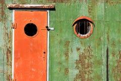Gammalt rostigt dörr och fönster royaltyfri foto