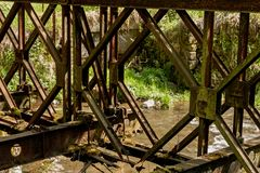 gammalt rostigt för bro Royaltyfri Foto