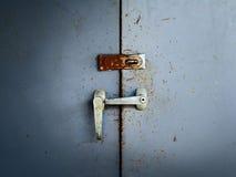 gammalt rostigt för dörrskåp arkivbild