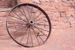 gammalt rostigt hjul Royaltyfri Bild