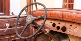 Gammalt rostigt hjul för styrning för motorbil arkivfoto