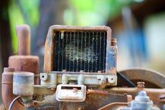 Gammalt rostigt luftfilter för motor arkivbilder