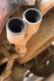 Gammalt rostigt rörbilavgasrör Arkivfoto