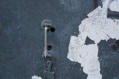 Gammalt rostigt slankt handtag på en retro dörr royaltyfria bilder