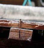 Gammalt rostigt spikar i trä Royaltyfria Bilder