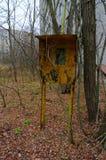 Gammalt rostigt telefonbås på den bevuxna trädgatan av den övergav spökstaden av Pripyat, Tjernobyl uteslutandezon, Ukraina arkivbild