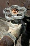 gammalt rostigt vatten för kran Fotografering för Bildbyråer