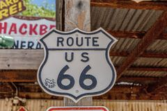 Gammalt Route 66 tecken på det allmänna lagret för Hackberry Royaltyfri Foto