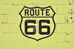 Gammalt Route 66 tecken på väggen arkivbild