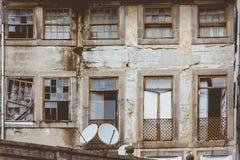 Gammalt ruffigt hus för främre vägg i Porto, Portugal Royaltyfri Bild