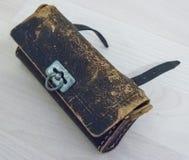 Gammalt ruttet piskar handväskan arkivbilder