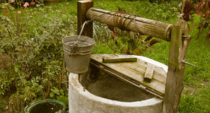 Gammalt ruttet vatten väl, lantligt landskap Fotografering för Bildbyråer