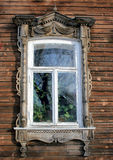 Gammalt ryskt fönster i Tomsk Royaltyfria Bilder