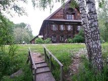 Gammalt ryskt trähus Arkivbilder