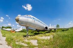 Gammalt ryssflygplan Tu-104 på en övergiven aerodrome Arkivbild