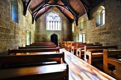 Gammalt seende kyrkligt rum som är upplyst med solljus royaltyfri bild