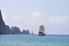 Gammalt seglingskepp i havet Arkivfoton