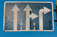 Gammalt sjaskigt rätt-raksträcka vägmärke Royaltyfri Foto
