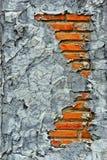 Gammalt skadadt på en tegelstenvägg Royaltyfri Bild