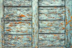 Gammalt skadat målarfärglager på träyttersida arkivfoto