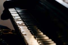 Gammalt skadat pianotangentbord Royaltyfria Bilder