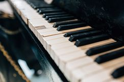 Gammalt skadat pianotangentbord Royaltyfria Foton