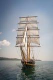 Gammalt skepp med vita försäljningar i havet Royaltyfria Foton