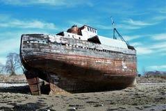 Gammalt skepp på kusten Arkivfoto