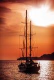 Gammalt skepp som seglar till solnedgången arkivbild
