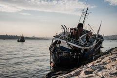 Gammalt skepp som sköljas upp på stranden i Bosphorus Fotografering för Bildbyråer
