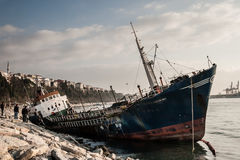 Gammalt skepp som sköljas upp på stranden i Bosphorus Royaltyfria Foton