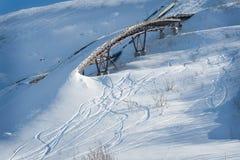 Gammalt skidar rampen i snön royaltyfri fotografi