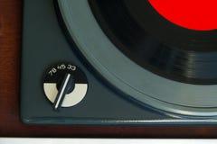 Gammalt skivtallrik och rekord med den isolerade röda etiketten Royaltyfria Foton