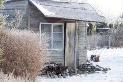 Gammalt skjul i vintern i fruktträdgården Royaltyfri Bild
