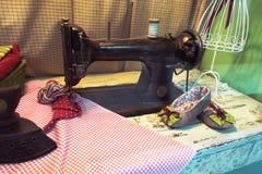 Gammalt skräddareseminarium med symaskinen, fotografering för bildbyråer
